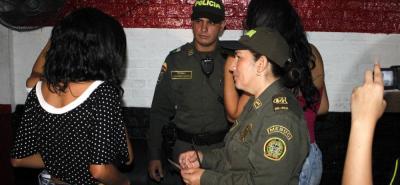 Aquellos menores de edad que sean sorprendidos violando el 'toque de queda' serán conducidos por la Policía a una Comisaría. El acudiente del adolescente deberá presentarse en el lugar para firmar un acta de compromiso.