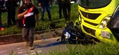 Murió hombre que conducía moto que chocó contra Metrolínea en Piedecuesta