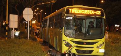 El accidente se registró en momentos en que la pareja intentaba cruzar por el retorno para regresar hacia Piedecuesta, donde residían.