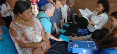 Polémica por certificación y entrega de tabletas a docentes de Santander