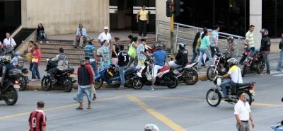 Las calles del centro de Bucaramanga son las áreas en donde más se evidencia el servicio del transporte informal, más conocido como mototaxismo.