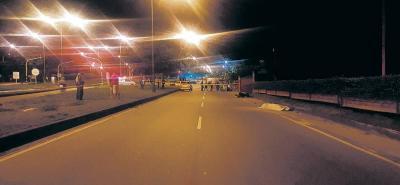 La vía donde se presentó el accidente fue cerrada mientras la Policía realizaba el levantamiento del cadáver.
