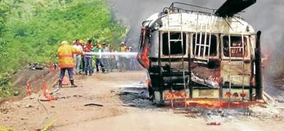 Pese a la rápida acción del cuerpo de Bomberos de Cimitarra, el vehículo que cubrí la ruta hacia Landázuri fue consumido por las llamas. Los pasajeros salieron ilesos.