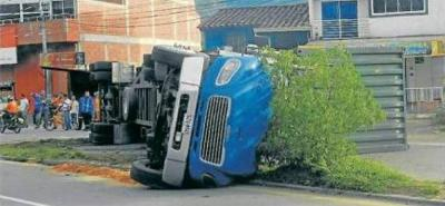 Un tractocamión se accidentó en San Gil