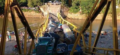 El Ministerio de Transporte informó que se indagarán las causas de la caída de la estructura.