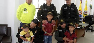 Este es el momento en el que el comandante de la Policía Metropolitana de Bucaramanga recibe en el comando a los tres menores secuestrados.