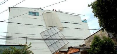 La fuerte tormenta del pasado jueves dejó como resultado la caída de un domo de fibra de vidrio que por poco compromete la vida de varias personas. Se reportaron daños materiales en tres viviendas que se encuentran ubicadas a un costado del edificio.