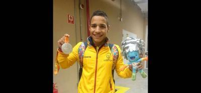 Carlos Daniel Serrano Zárate consiguió ayer la medalla de plata en la prueba de los 100 metros libres de la categoría S7 de la natación en los Juegos Paralímpicos de Río 2016. El nadador santandereano realizó un tiempo de 1:01:84, por detrás del chino Shiyun Pan (1:00:12).