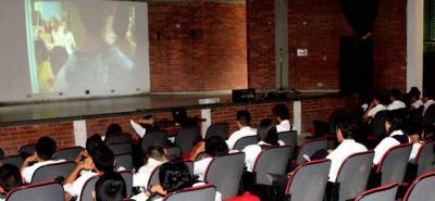 De manera gratuita se realizan las proyecciones de películas en el auditorio de Comfenalco en Barbosa.