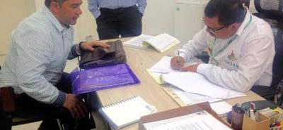 El alcalde de Bolívar, Adriano Jerez Quiroga, firmó un crédito con el Idesan para la compra de un vehículo compactador de basura.
