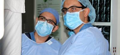 Los ortopedistas y cirujanos de cadera John Fredy Fonseca Caro y Ómar Amado Pico lideran el grupo de cirugía de cadera de  Foscal y Foscal Internacional.