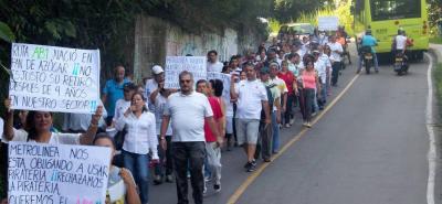 Los habitantes de la Comuna 12 hicieron un plantón cerca de la casa del Alcalde Rodolfo Hernández.