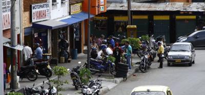 En la Avenida Quebradaseca, entre las carreras 13 y 14, los dueños de los negocios de motopartes habilitan sus talleres sobre la acera y la vía.