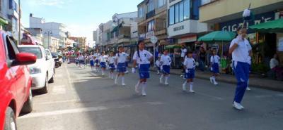 Con un desfile por las principales calles de Barbosa se dio inicio a la Semana Cultural en sus 64 años de actividades.