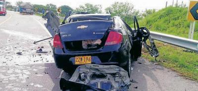 El choque entre este vehículo particular y una tractomula, en la Ruta del Sol, dejó una persona muerta y dos gravemente heridas.