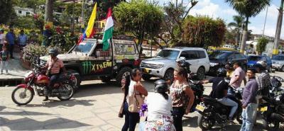 Comerciantes, conductores de vehículos y motociclistas salieron a apoyar la protesta para exigir el desmonte de las fotomultas en Barbosa.