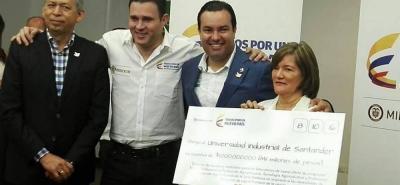 Con el respaldo del Ministerio de Educación y la Gobernación de Santander, la alcaldesa de Barbosa, Deyanira Ardila, recibió el cheque con recursos destinados a la sede UIS en ese municipio de la provincia de Vélez.