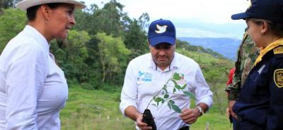 El gobernador de Santander, Didier Tavera, junto con la directora de la CAS, Flor María Rangel, fueron los primeros en realizar la siembra de árboles en la vereda El Amarillo de Vélez.