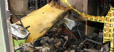 El incendio, que duró aproximadamente media hora, quemó, entre otras cosas, camas, sillas, mesas, utensilios de cocina y ropa. El techo de la casa fue consumido por las llamas.
