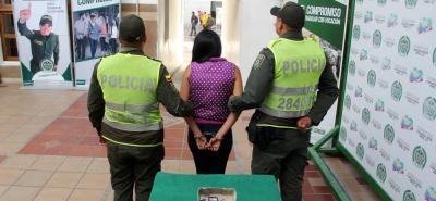 De acuerdo con la Policía Metropolitana de Bucaramanga, la detenida ya registraba antecedentes por el delito de porte ilegal de armas de fuego.