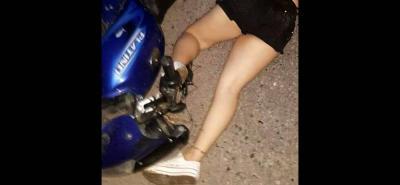 El cuerpo de la joven Francy Elena Estrada Carvajal quedó a un costado de la vía. Su muerte se produjo de manera instantánea, explicaron las autoridades.