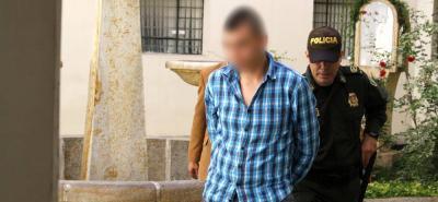 El hombre, de 19 años, habría arrojado un revólver en el momento en el que huía. El arma fue hallada por la Policía.