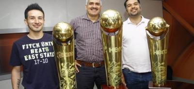 Estos son los trofeos que acreditan a Taz Santander como el gran campeón del microfútbol profesional colombiano. Camilo Gómez, jugador del equipo; Álvaro Luna, presidente del Club; y Sergio Maggiolo, técnico, posan junto a los galardones que los acreditan como los mejores de 2016.