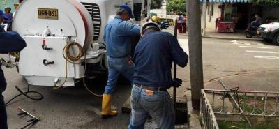 Este camión especial, conocido como vactor, es empleado para extraer los residuos que se acumulan en la red de alcantarillado. Una hora de su servicio promedia los 600 mil pesos.