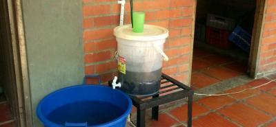 Los alumnos de la Institución Las Montoyas elaboraron un filtro de agua casero para mejorar la calidad del agua que llega a sus hogares, implementando elementos económicos y naturales.