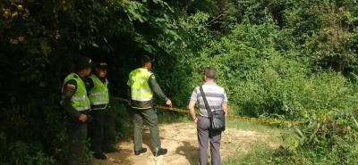 El sitio donde fue encontrado el cuerpo sin vida fue acordonado por la Policía, mientras la Sijín inspeccionaba el lugar.