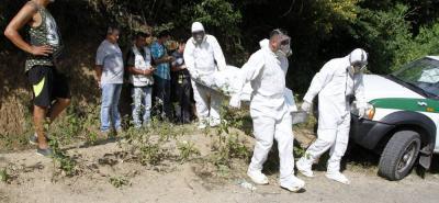 Agentes de la Unidad Móvil del Laboratorio de Criminalística de la Sijín realizaron la diligencia de levantamiento del cadáver. Durante cerca de dos horas, los investigadores registraron el lugar, en busca de evidencias.