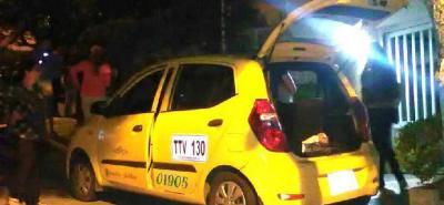 En este taxi se movilizaba la mujer que perdió la vida ayer en la madrugada.
