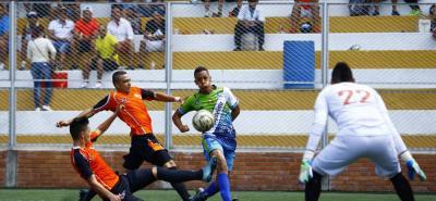 Electroagro - UTS (verde) sorprendió a propios y extraños tras derrotar 2-0 al equipo de la Unab con anotaciones de  Juan Pablo Martínez y Jefferson Torres. Los ganadores llegaron a cuatro puntos y se ubican segundos del Grupo B, mientras que los perdedores marchan terceros con solo dos unidades.