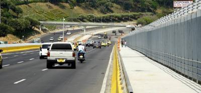 Los puentes peatonales de los barrios Antonia Santos y Diamante II ya están habilitados para el tránsito de la ciudadanía. Actualmente se adelanta la siembra de prados, plántulas y diversa vegetación más a lo largo de la Autopista, trabajos de reforestación que, según el Gobierno Departamental, se extenderán hasta inicios de marzo.