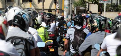 Recuerde que multa por no marcar el casco con placa de la moto sigue vigente