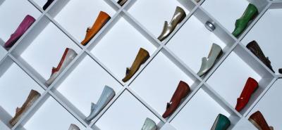 La empresa es mayorista de algunas comercializadoras de calzado del país; adicionalmente, cuenta con una tienda propia en Bucaramanga.
