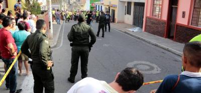 La mujer hablaba por celular mientras caminaba por el barrio Alfonso López cuando fue sorprendida por sus asesinos.