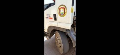Estas son las condiciones de una de las llantas delanteras del vehículo que abastece de agua a la comunidad santera.