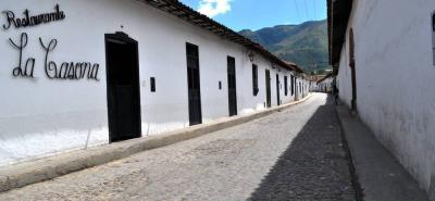 Ubicado en el marco de la Plazuela de las Nieves, La Casona Restaurante, es uno de los sitios más exclusivos y tradicionales de la Villa de Los Caballeros de San Juan de Girón.