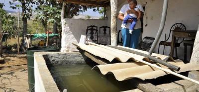 Los habitantes de las zonas bajas del municipio han tenido que ser recursivos a la hora de conseguir cada 'gota' de agua cuando llueve.