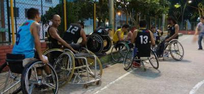 En las canchas del Parque de los Niños entrena la selección Santander de Baloncesto en Silla de Ruedas, pues desde 2012 no les prestan el 'Vicente Díaz' para entrenar o competir.