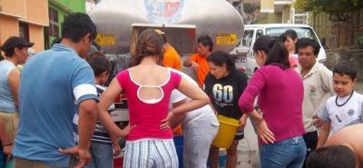 Los habitantes reciben agua en carrotanques, pero se requiere que el suministro sea las 24 horas del día.