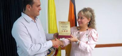En la ceremonia de donación del Premio de Periodismo Luis Enrique Figueroa Rey, David Valenzuela Gómez le entregó el galardón a la directora de ese centro de educación superior, Laura Cristina Gómez Ocampo.