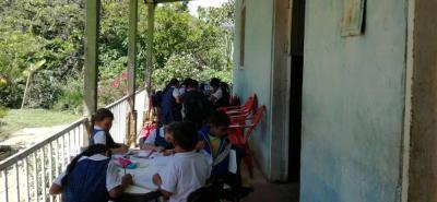 Los 11 niños, entre los cinco y 11 años, no van a la escuela porque una falla geológica destruyó su colegio hace tres años.