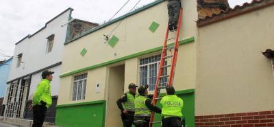 La Policía encontró bazuco y otras sustancias en los techos de las viviendas allanadas.