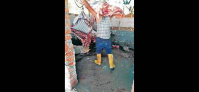 Imágenes como esta, donde se observa cómo es manipulada la res después del sacrificio, encendieron las alarmas.