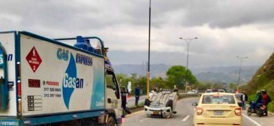 Automóvil terminó volteado tras accidente en vía al Aeropuerto Palonegro