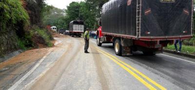 Durante más de tres horas la vía entre Bucaramanga y Bucarrancabermeja estuvo con cierre total. Paulatinamente, los trabajadores de la concesión Ruta del Cacao abrieron la vía mientras limpiaban los restos de tierra.