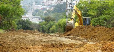 Una retroexcavadora ejecuta los trabajos de movimientos de tierra y retiro de capa vegetal en el sector de la calle 35.