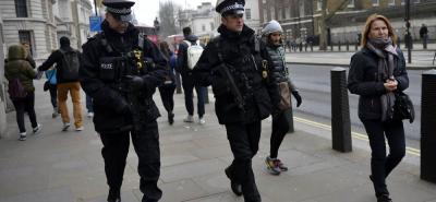 Miembros de la Policía patrullan las inmediaciones del Parlamento donde se produjo el ataque terrorista.